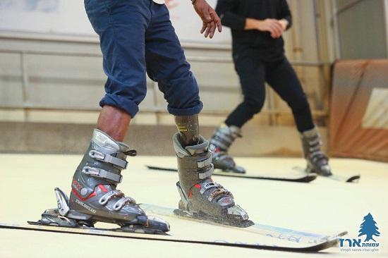 אדם קטוע רגל גולש סקי בסקימולטור