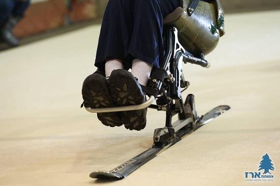 אדם נכה גולש במונו-סקי בסקימולטור